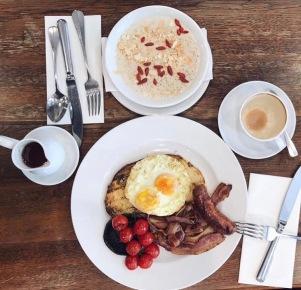 Porridge with almond milk, cinnamon + Goji berries - 202 cafe